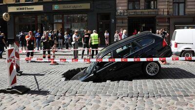 Ģertrūdes ielā ielūzusi brauktuve: bedrē avarē 2 automašīnas