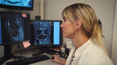 Radioloģe skaidro, kā tiek izmeklēta ceļa locītava