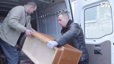Kam Kivičs palīdz pārvest mēbeles uz jaunu dzīvokli?