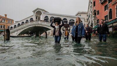 Venēciju piemeklējuši sevišķi augsta līmeņa plūdi