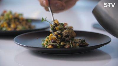 Recepte: kvinojas salāti ar ceptu halloumi sieru