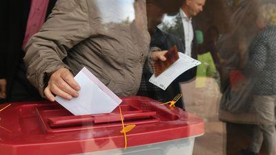 Kāpēc cilvēki balso par jaunām partijām?