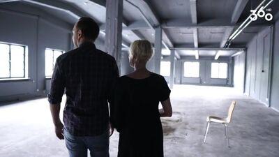 """Rēzija Kalniņa izrāda savas un vīra mūzikas un drāmas telpas """"OratoriO"""" to tapšanas laikā"""