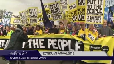 """Tūkstošiem cilvēku Lielbritānijā pieprasa atkārtotu """"Brexit"""" referendumu"""