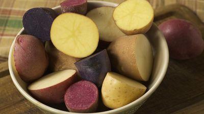 Ēdīsi krāsainus kartupeļus – mūžam vecs nepaliksi! Kuras šķirnes ir vērtīgākas?