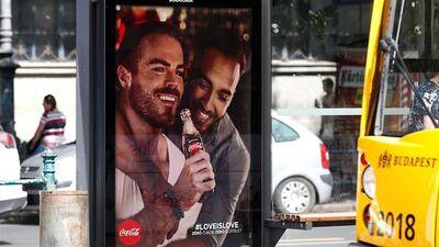 Ungārijas iedzīvotājus sanikno reklāma ar viendzimuma pāri