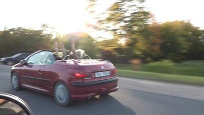 Magone braukā ar kabrioletu un meklē Ingūnu ar ko izskaidrot attiecības