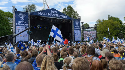 Ap 50 000 līdzjutēju sveic Somijas hokeja izlasi Helsinkos