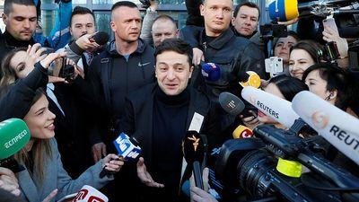 Pēc aptaujas datiem Ukrainā par prezidentu kļūs komiķis Zelenskis