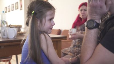 Trīsgadniece raud, jo viņai atņemts telefons