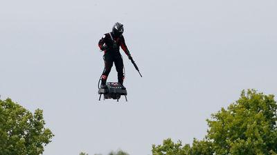 Franču izgudrotājs ar lidojošu dēli mēģinās pārlidot pāri Lamanša šaurumam