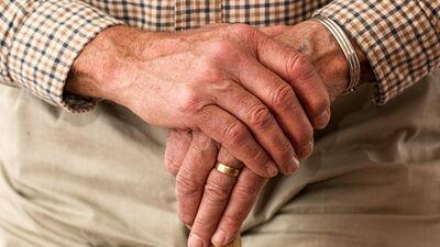 Vakcinētajiem senioriem izmaksās 20 eiro pabalstu mēnesī