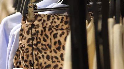Spices stila padomi: kā garderobē veiksmīgi iekļaut zvēru apdrukas