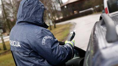 Par atteikšanos no pūšanas alkometrā būs sods par braukšanu reibumā
