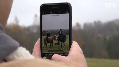 Amuna Davis un Stefa taisa fotosesiju izjādē ar zirgiem