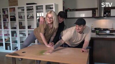 Amuna Davis ar draugiem slīpē galdiņus
