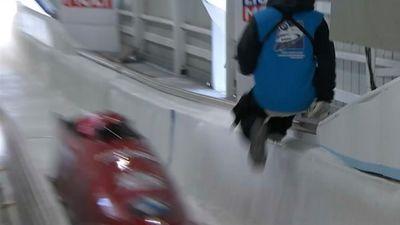Par mata tiesu trases strādnieks paglābjas no bobsleja kamanām