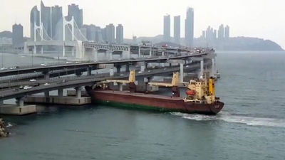 Krievijas kravaskuģa kapteinis reibumā ietriecies Dienvidkorejas tiltā