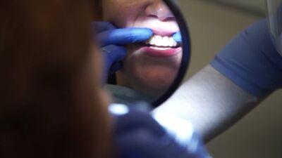 Zobārste stāsta par kroņu uzstādīšanas procedūru