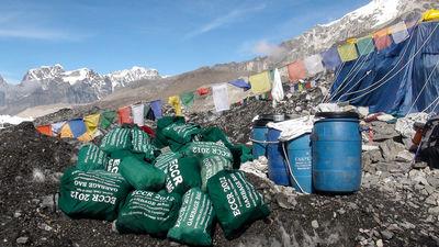 Tīrīšanas kampaņa Everestā: nocelti līķi un tonnām atkritumu