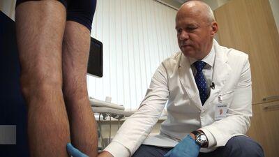 Operators Agris Janišauskis labsajūtas uzlabošanai veic kāju vēnu operāciju