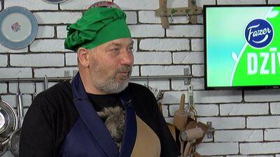 Dzintara terapeits Ivars Vallers dalās ar savu rīta veselības stiprināšanas rituālu