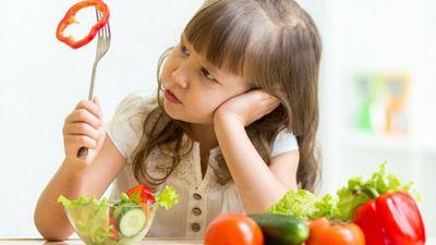 Kā bērnam iemācīt ēst zaļos salātus?