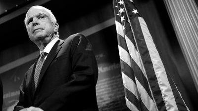 Miris ASV senators Džons Makeins