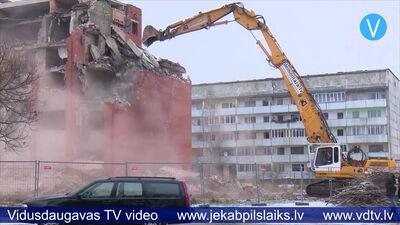 Jauc daudzstāvu ēkas graustu pie 3.vidusskolas