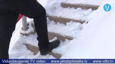 Sūdzas par ilgstoši no sniega un ledus neattīrītiem objektiem Jēkabpilī
