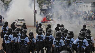 Honkongā turpinās protestētāju un policijas sadursmes