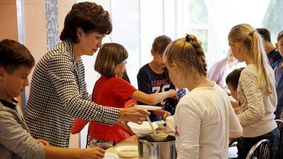 Увеличим зарплаты педагогов за счет отмены бесплатных школьных обедов