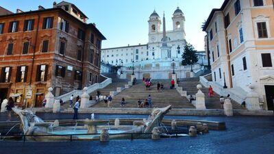 """Romā tūristiem aizliegts sēdēt uz slavenajām """"Spāņu kāpnēm"""""""