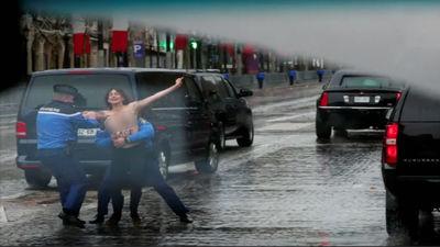 Parīzē 3 puskailas aktīvistes mēģināja aizšķērsot ceļu Trampa autokolonnai