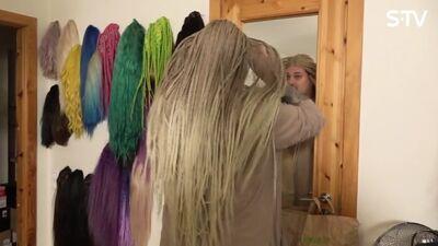Amuna Davis pielaiko parūkas un izrāda savu garderobi