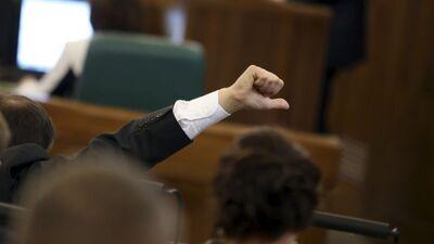 Viedoklis: Valdošā politiskā elite ar hibrīdkara tehnoloģijām māna Latvijas sabiedrību