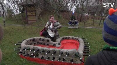 Magone ar kaimiņieni viesojas pudeļu parkā