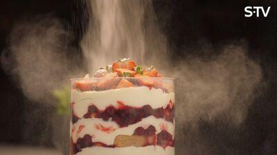 Vienkāršs un gards maskarpones krēma un ķiršu deserts