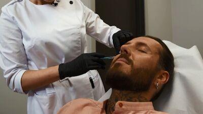 Kašers izmēģina sejas ādas uzlabošanas procedūru ar botulīna injekcijām