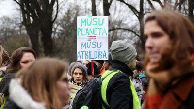 Jaunieši protesta gājienā vērš uzmanību uz klimata pārmaiņām