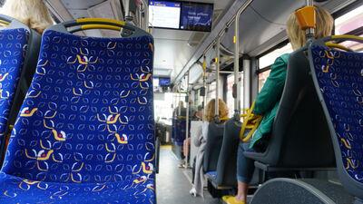 Rīgā sāk atjaunot braukšanas atlaides sabiedriskajā transportā