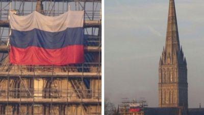 Pie Solsberijas katedrāles Anglijā izkārts Krievijas karogs