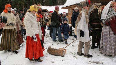 Bluķa vilkšana,dziedāšana, maskošanās... Latvisko Ziemassvētku kods