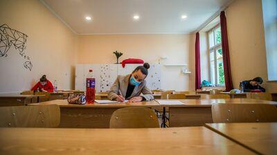 Rīgas 64. vidusskolas direktors par aizsarglīdzekļu izmantošanu eksāmena laikā