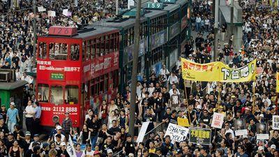 Protesta laikā Honkongas ielās iziet vairāk nekā 150 tūkstoši cilvēku