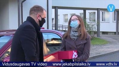 Jēkabpils slimnīcas aptiekas vadītājai dāvā braucienu ar jaunu automašīnu