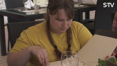 KURIOZI! Ērkšķu meitenes restorānā pieprasa cīsiņus.