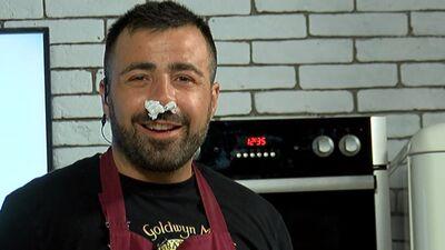 Skatītājs pamāca Roberto, kā, griežot sīpolu, iztikt bez raudāšanas!