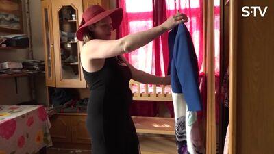 Magone pielaiko kleitas no sava skapja