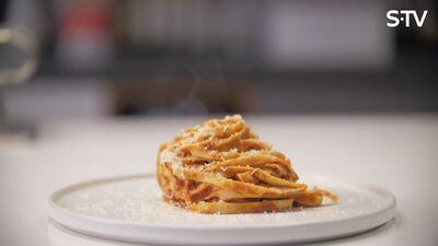 Kā garšīgi pagatavot vienu no bērnu mīļākajiem ēdieniem - pastu ar mājās gatavotu tomātu mērci?